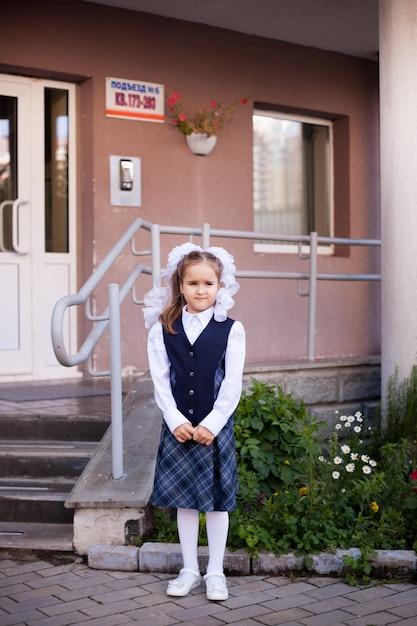 Fille Porte Un Uniforme Scolaire à L'école Photo Premium
