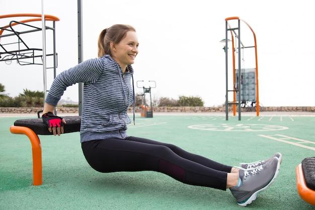 Fille positive faisant des exercices matinaux Photo gratuit