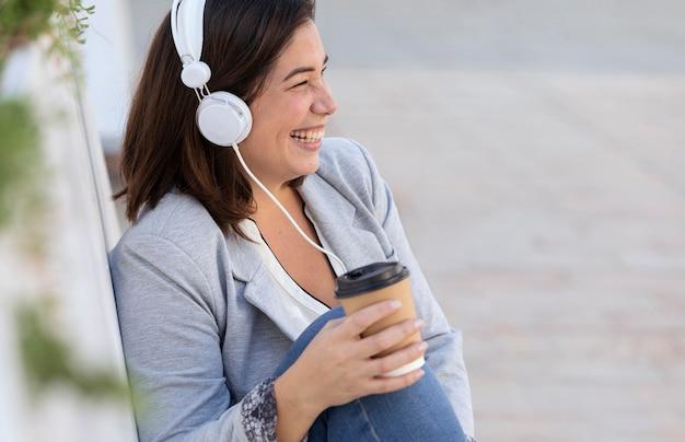Fille Potelée, écouter De La Musique à L'extérieur Photo gratuit