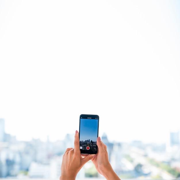 Fille prenant une photo de paysage Photo gratuit
