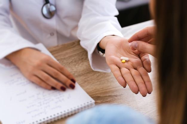 Une fille prend des médicaments de son médecin Photo Premium