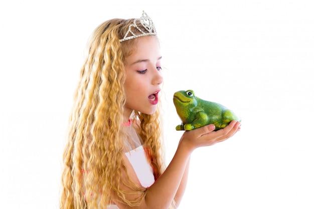 Fille princesse blonde embrassant un crapaud grenouille verte Photo Premium