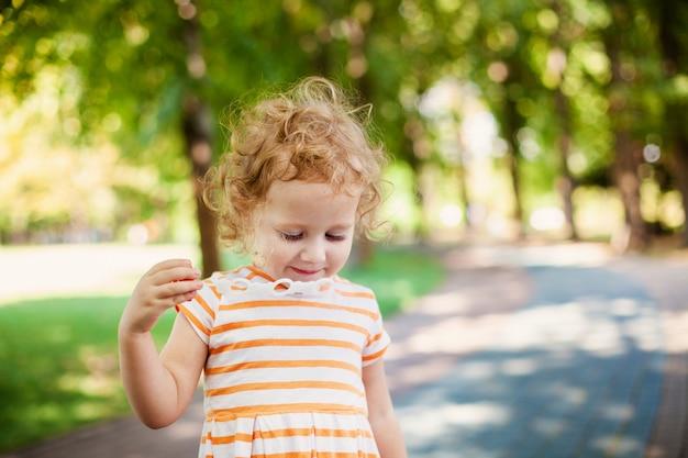 Fille princesse soufflant des bulles de savon avec le concept de l'enfance heureuse en forme de coeur Photo Premium