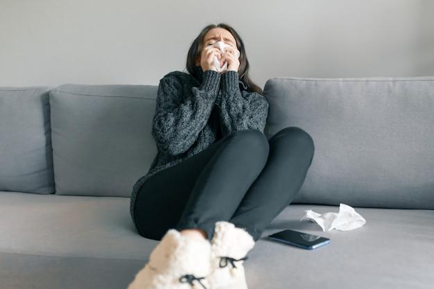 Fille en pull chaud avec mouchoir Photo Premium