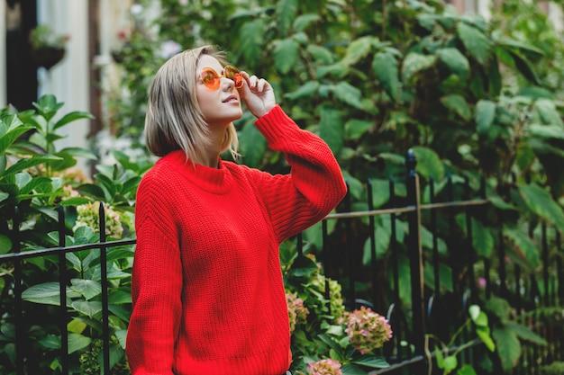 Fille en pull rouge à amsterdam Photo Premium