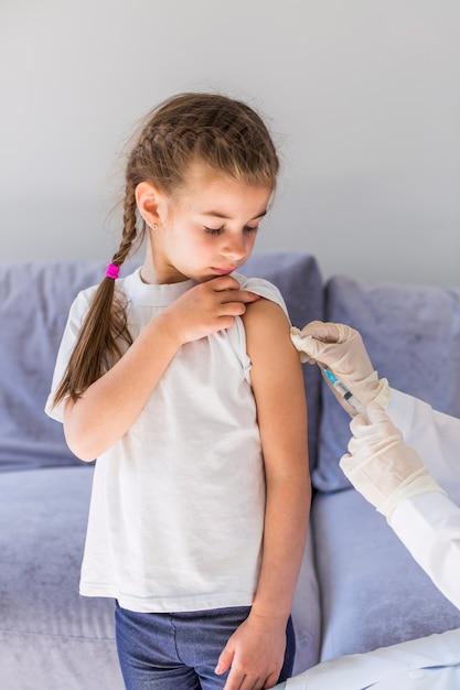 Fille recevant une injection Photo gratuit