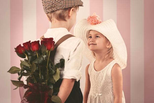 Fille Recevant Des Roses De Son Petit Ami Photo gratuit