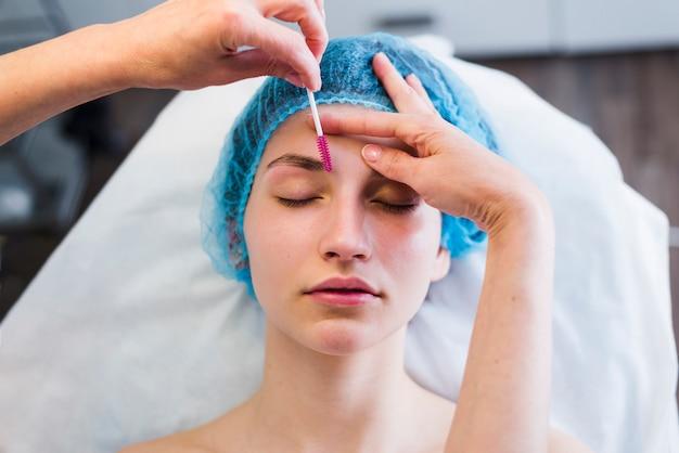Fille recevant un soin du visage dans un salon de beauté Photo gratuit