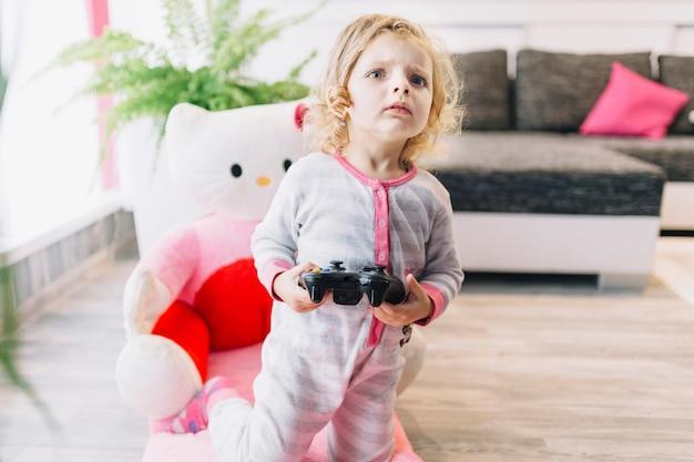 Fille regardant un jeu vidéo de près Photo gratuit