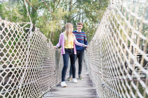 Fille Regardant Son Petit Ami En Traversant Le Pont Photo gratuit