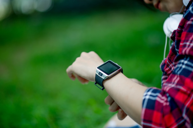 La fille regarde la montre Photo Premium