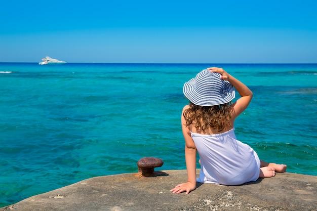 Fille, regarder, plage, dans, formentera, turquoise, méditerranéen Photo Premium