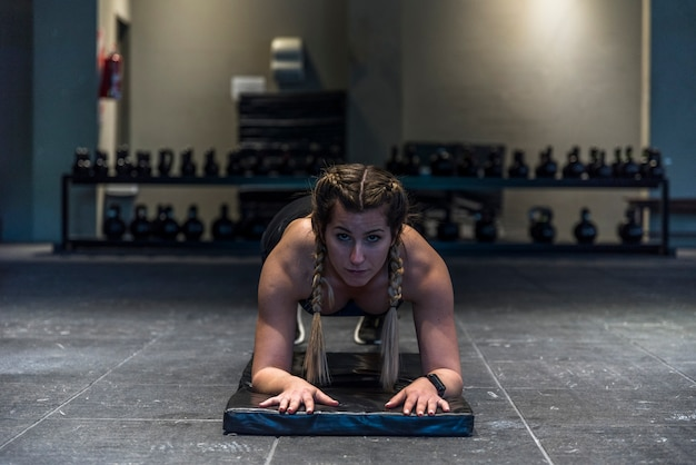 Fille De Remise En Forme Faisant Des Exercices De Flexion Photo gratuit