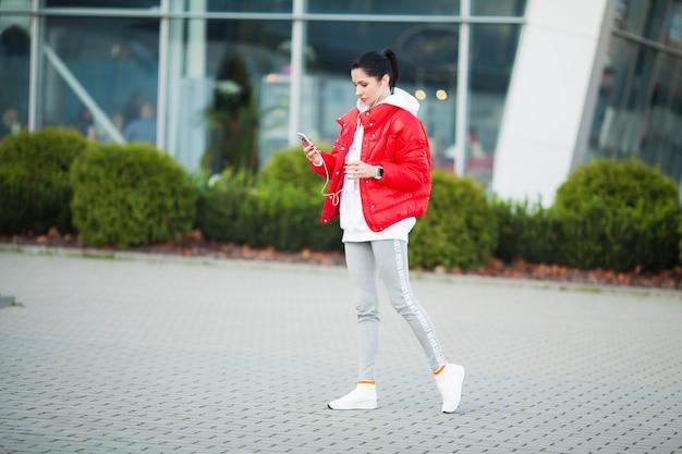 Fille de remise en forme. jeune femme sportive qui s'étend dans la ville moderne. mode de vie sain dans la grande ville Photo Premium