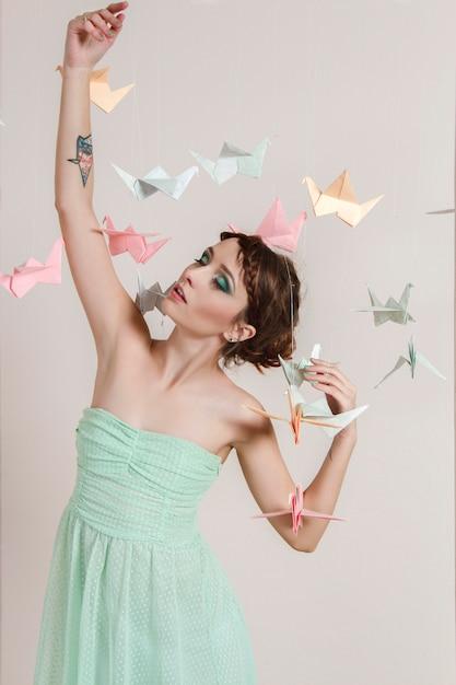 Fille rêves papier d'oiseaux. dragons de grues en origami Photo Premium