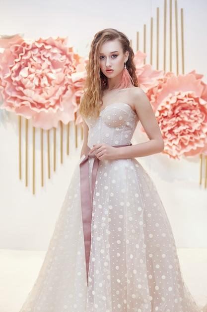 Fille en robe blanche de vacances, maquillage parfait Photo Premium