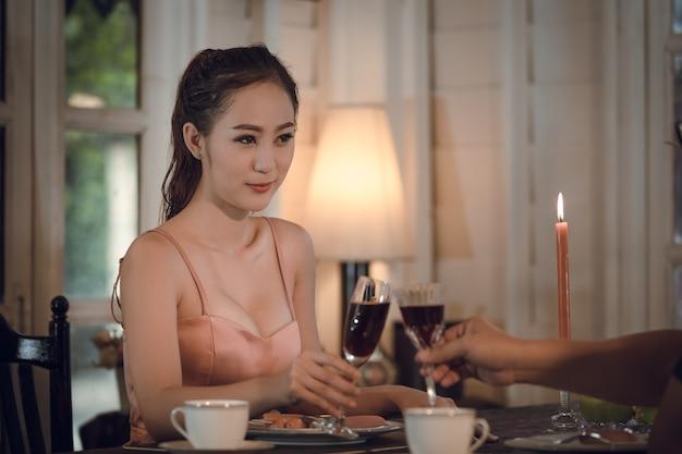 Fille en robe de soirée dîner sous les chandelles Photo Premium