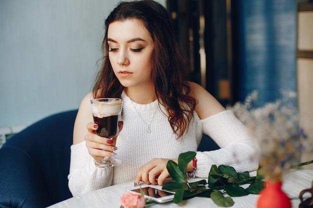Une Fille Avec La Rose Et Le Dessert Au Café Photo gratuit