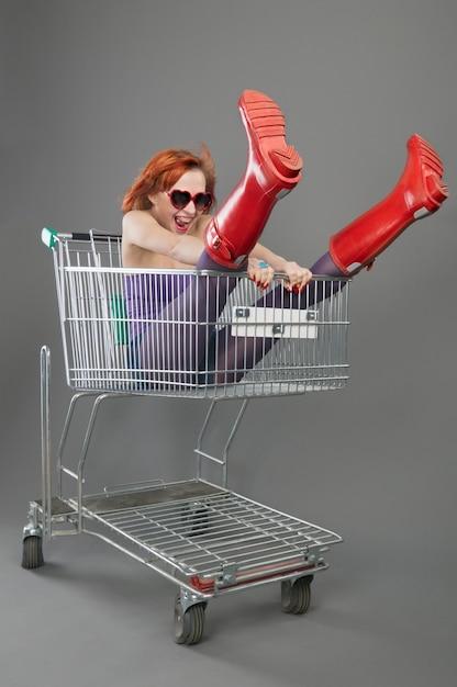 Une fille rouge monte sur un panier Photo gratuit
