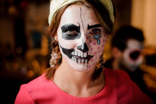 Fille rousse au maquillage adorable d'halloween à la fête Photo Premium
