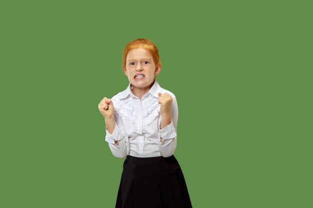 Fille Rousse En Colère Debout Sur Un Mur Vert à La Mode Photo gratuit