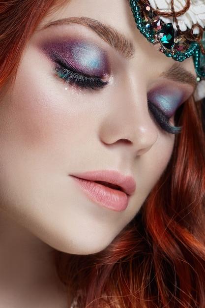 Fille rousse avec un maquillage brillant et gros cils Photo Premium