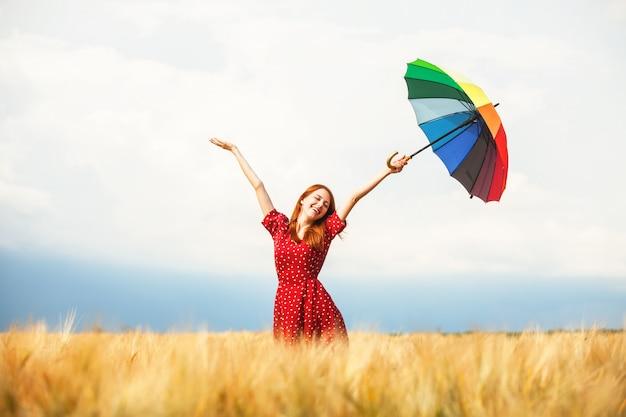 Fille rousse avec parapluie au champ Photo Premium