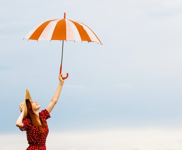 Fille rousse avec parapluie Photo Premium