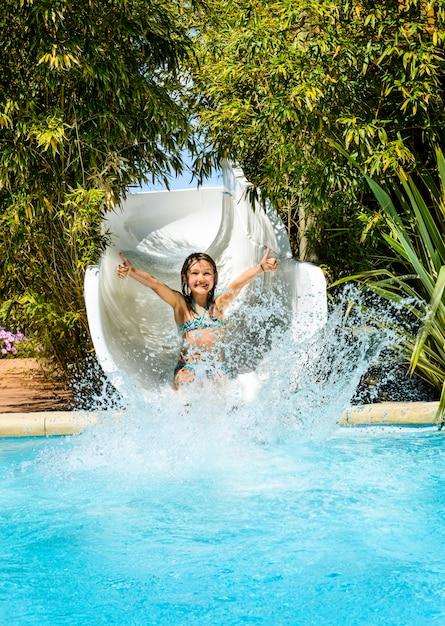 Fille S'amuser Dans Le Parc Aquatique Photo Premium