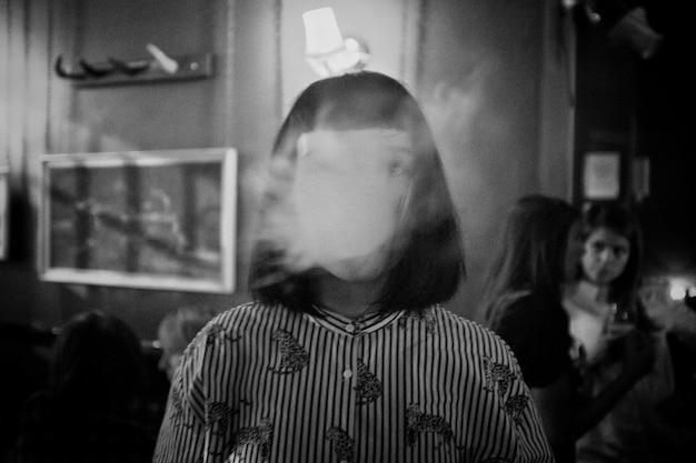 Fille Sans Visage Abstrait Dans Une Chemise Rayée Tourné En Noir Et Blanc Photo gratuit