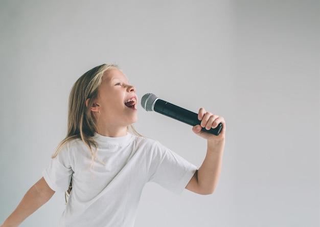 Fille Se Balançant. Image D'un Enfant Chantant Au Micro Photo Premium