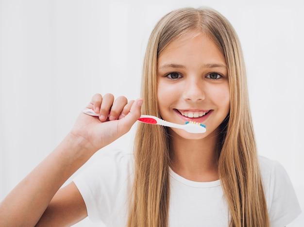 Fille se prépare à se brosser les dents Photo gratuit