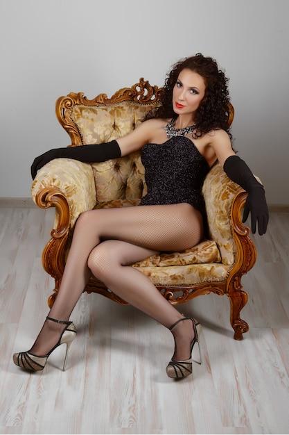 Fille Sexy En Corset Et Lingerie Assis Sur Un Fauteuil Vintage Photo Premium