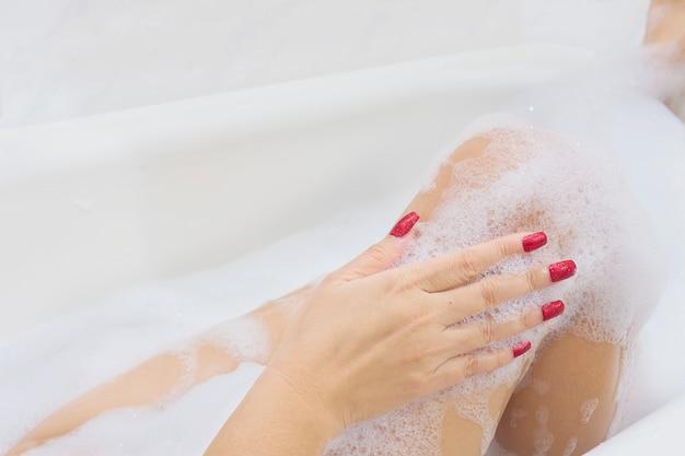 Fille sexy dans une baignoire blanche Photo gratuit