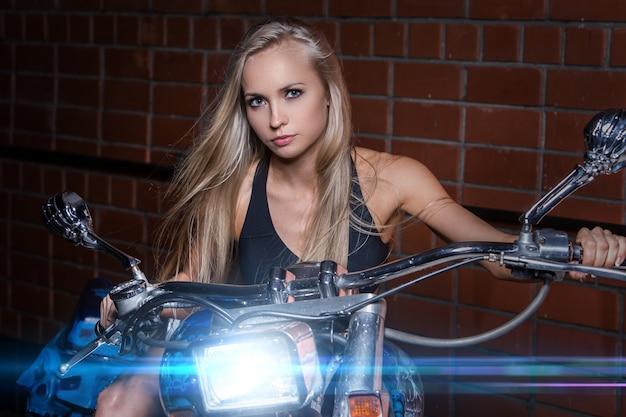 Fille Sexy Sur Une Moto Photo gratuit