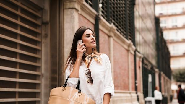 Fille shopping sur téléphone Photo gratuit