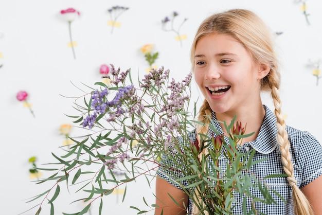 Fille De Smiley Avec Des Fleurs De Printemps Photo gratuit