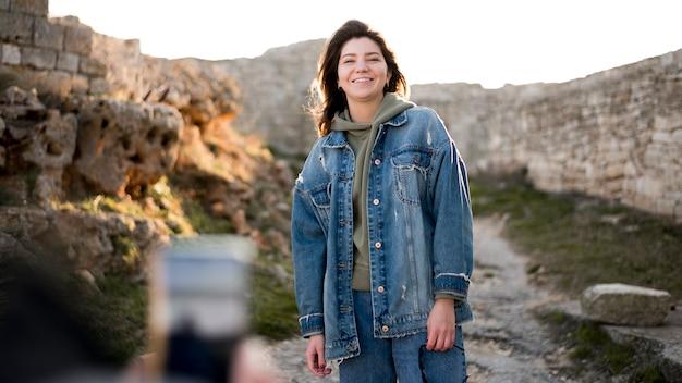 Fille Smiley Et Paysage De Collines Photo gratuit