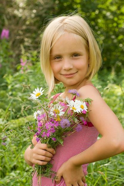 Fille Souriante Avec Des Fleurs En Plein Air Photo Premium