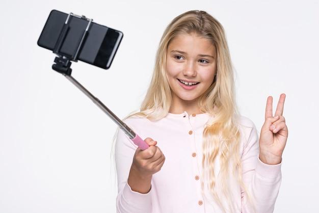 Fille Souriante Prenant Des Selfies D'elle-même Photo gratuit