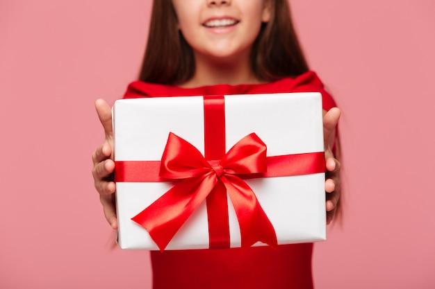 Fille Souriante, Tenant Cadeau Photo gratuit
