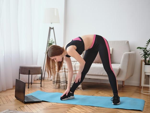 Fille De Sport Faisant Des Exercices Du Matin Photo Premium