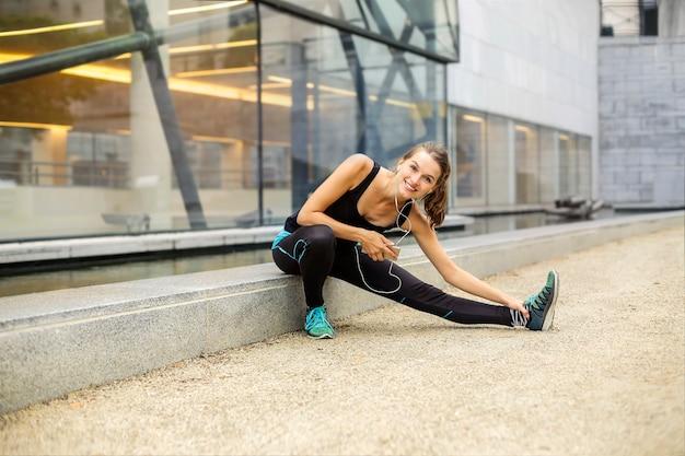 Fille Sportive Qui S'étend Dans La Ville Photo Premium