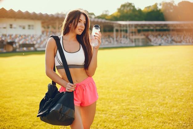 Fille sportive s'entraînant au stade Photo gratuit