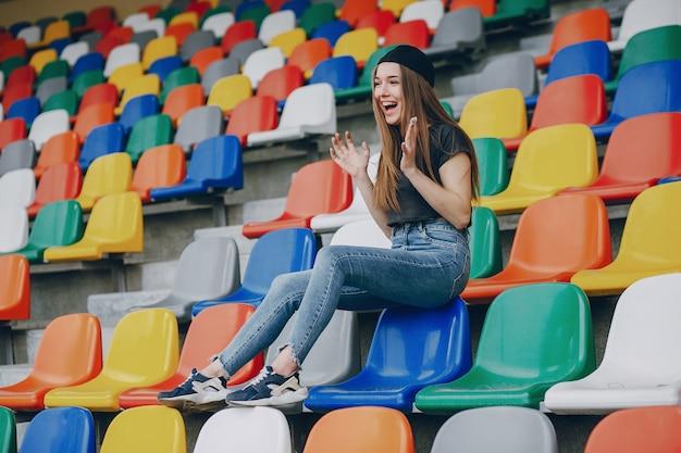 Fille sur un stade Photo gratuit