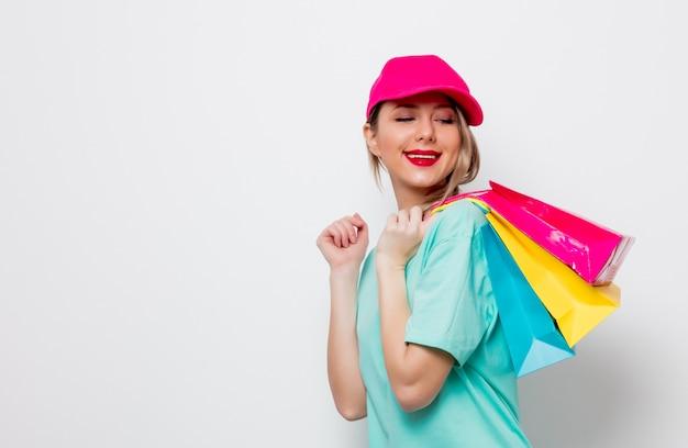 Fille en t-shirt bleu avec des sacs Photo Premium