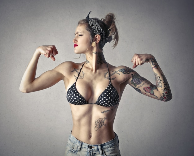 Fille tatouée musclée Photo Premium