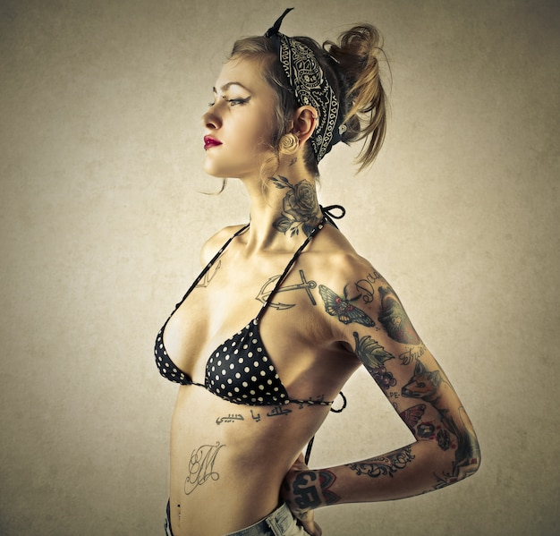 Fille tatouée de style pin-up Photo Premium