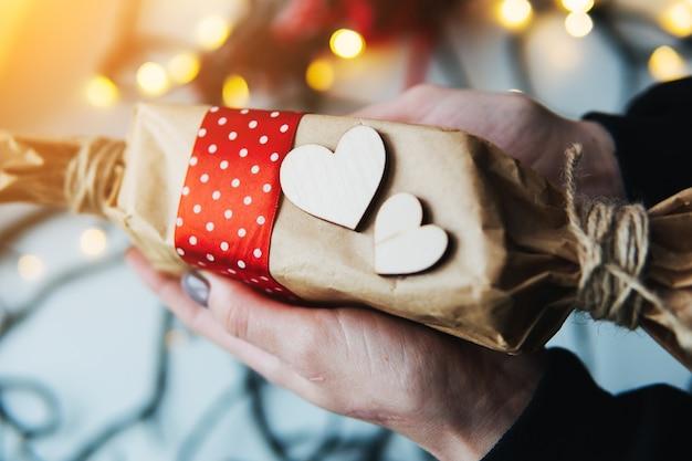 Fille Tenant Un Cadeau De Noël à La Main Photo Premium
