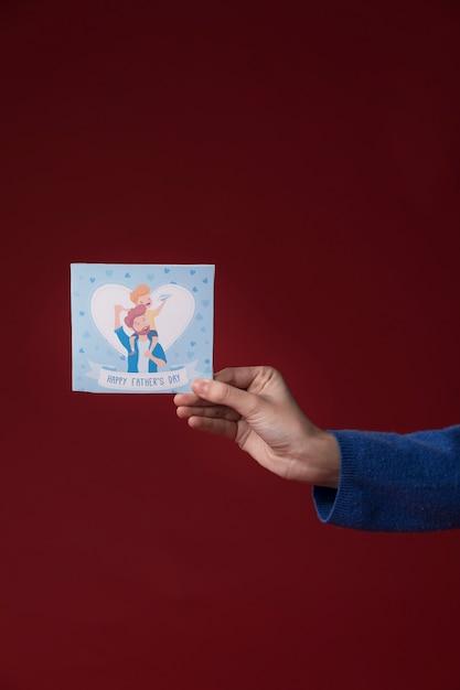 Fille Tenant Une Carte De Voeux Pour La Fête Des Pères Photo gratuit